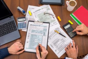documentos e objetos de escritorio em cia da mesa