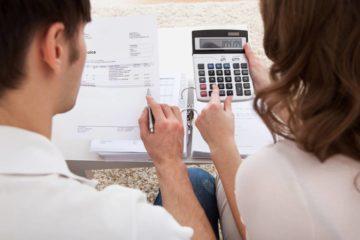 Como fazer Declaração do Imposto de Renda - casal fazendo contas