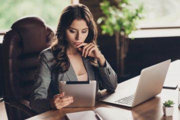 rascunho do imposto de renda - mulher olhando para o tablet