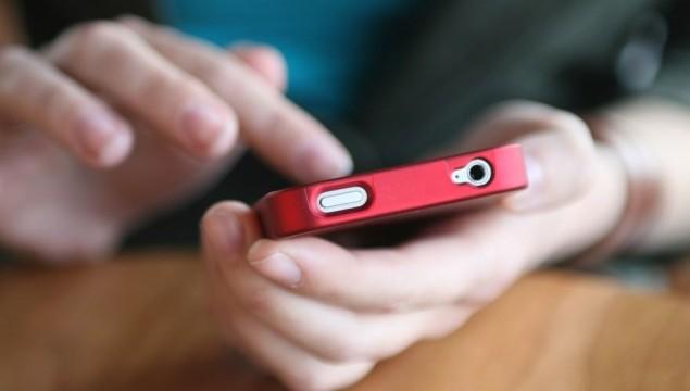 rascunho do imposto de renda - mãos segurando um smartphone