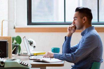 prazo imposto de renda - homem olhando para tela do computador